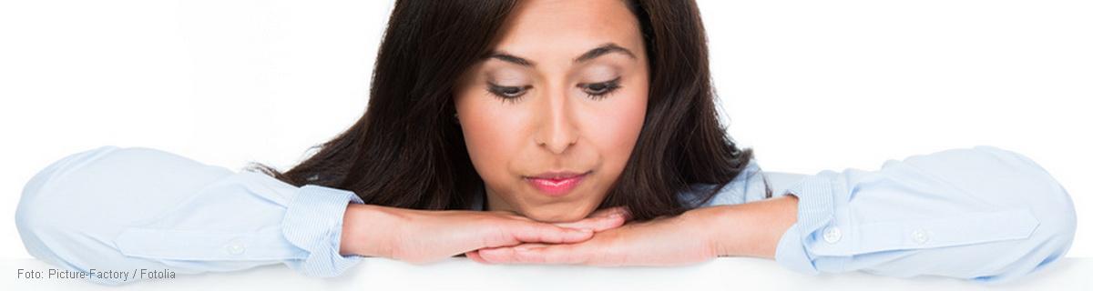 dfm-Zusatzinfom: Weshalb Zahnlücken schnell geschlossen werden sollten Wenn durch einen Unfall oder durch fortgeschrittener Bakterienbefall Zähne ganz ausfallen oder absterben, sieht die Zahnlücke nicht nur hässlich aus, sondern öffnet sich das Tor zu weiteren, schwerwiegenden Veränderungen, das daher möglichst schnell geschlossen werden muss. Fehlen ein oder mehrere Zähne, findet der gegenüberliegende Zahn keinen Widerstand, wird länger und wächst in die Lücke hinein. Die benachbarten Zähne werden nicht mehr abgestützt und drohen in die Lücke hineinzukippen, in einem Dominoeffekt folgen weitere Zähne. Mit fortschreitender Veränderung passen die Zähne nicht mehr aufeinander, beim Kauen werden Zähne und Kiefer falsch belastet, mit ihnen die Kau- und Halsmuskulatur – Schmerzen im Kopf, Nacken und Rückenbereich sind die Folge. Bleibt die Lücke unbehandelt, entstehen Falten, verändern sich Gesichtszüge. Der Patient altert vorzeitig.